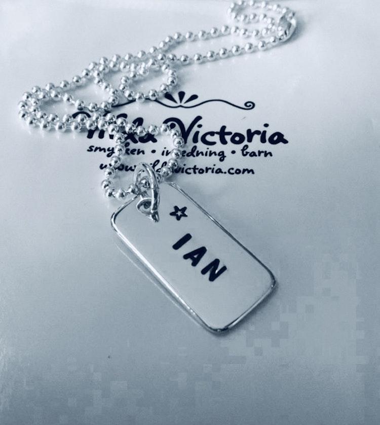 Victoria Dopsmycke - barnsmycke i silver med din unika text