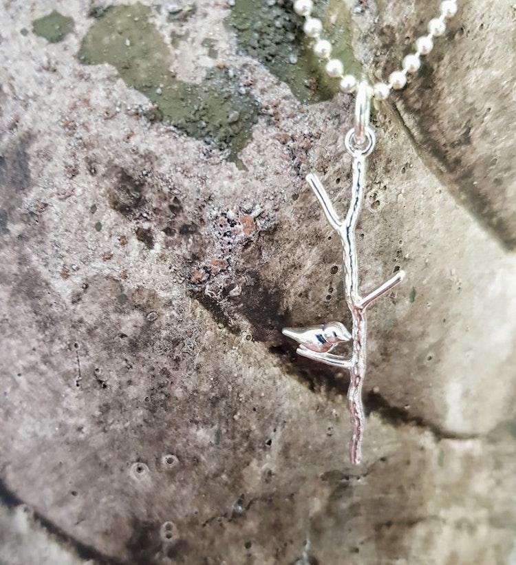 Fågel på en gren i äkta silver