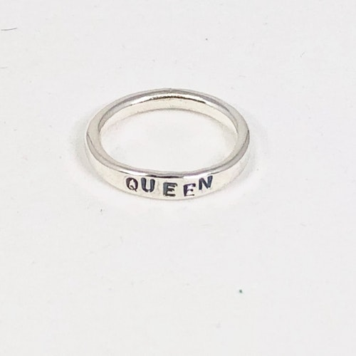 Ring med text QUEEN