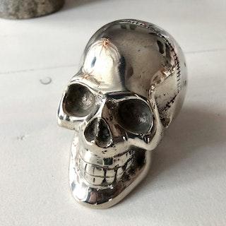 Döskalle försilvrat brons