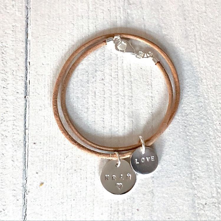 Armband ljusbrunt läder - 2 berlocker