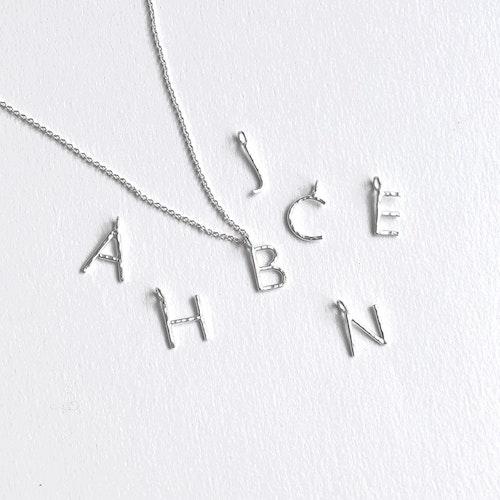 Small letter necklace • Bokstavshalsband med liten bokstav