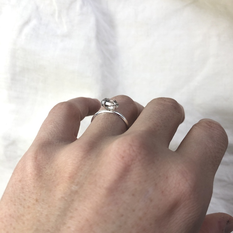 Raw stone ring • Rå sten i kloinfattning