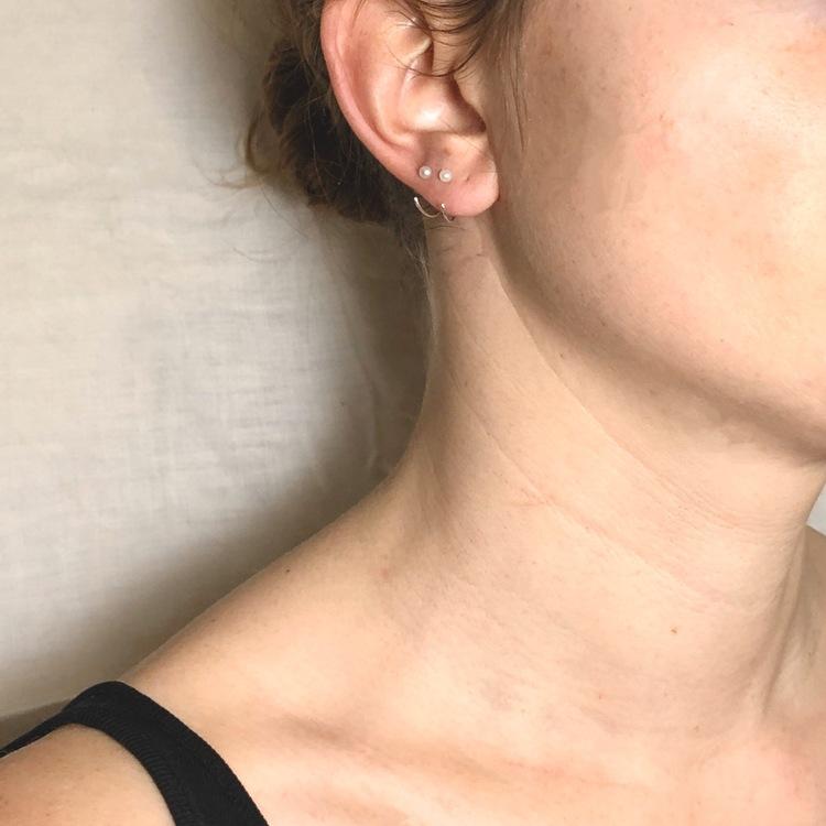 Pearl ear huggies • Liten pärla på silverring