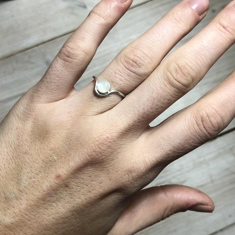 Curved Moonstone ring • Tunn böjd ring med månsten