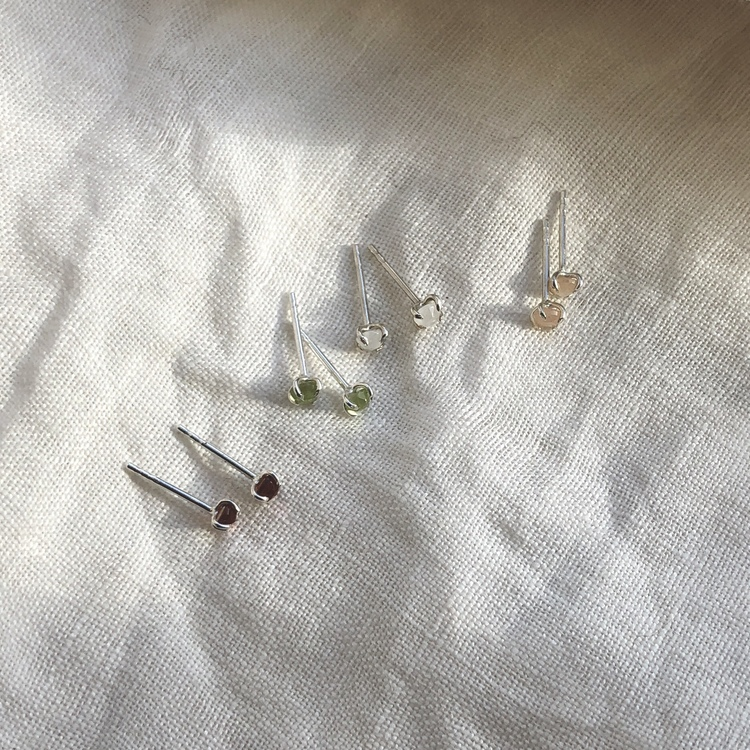 Claw earrings • Små stenar i klor