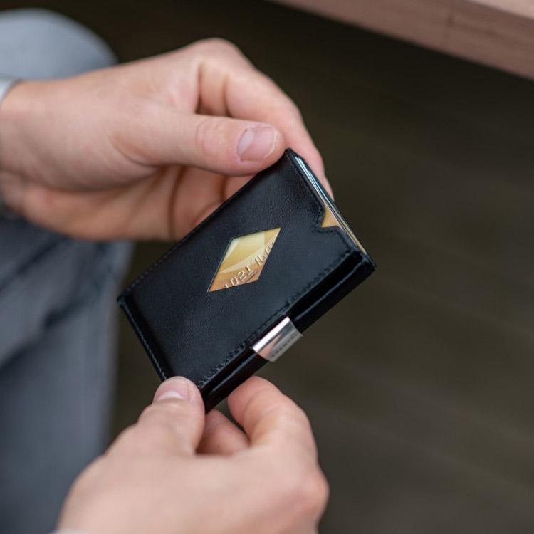 Exentri Multiwallet, exklusiv och smart plånbok med myntfack och plats för kort, sedlar och kvitton.