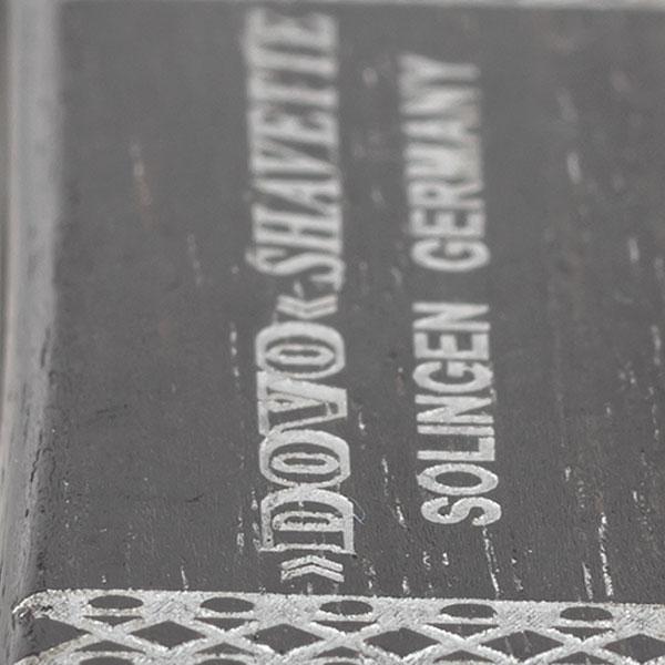 Dovo Shavette Ebenholts, något tyngre rakkniv med utbytbara blad i en elegant kombo av rostfritt stål och svart ebenholts.