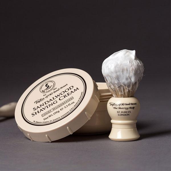 Taylor of Old Bond Street Sandalwood Shaving Cream Bowl 150 g, rakkräm i burk som skapar ett mjukt och krämigt lödder. Lyxig och maskulin doft av sandelträ.