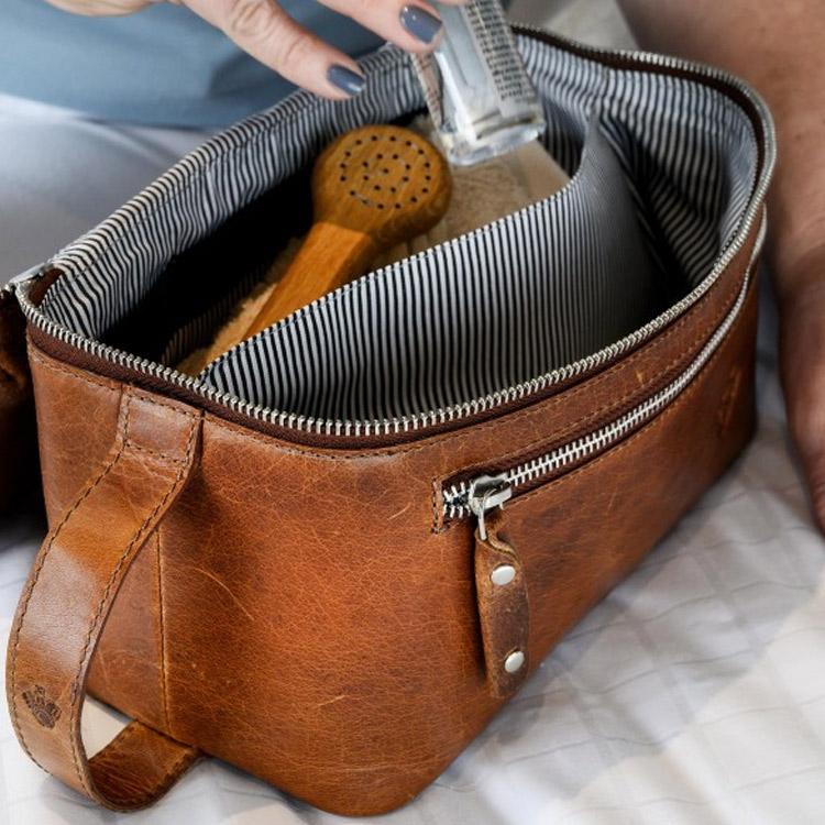 Carlobolaget Florens Necessär Cognac, tidlös necessär tillverkat i högkvalitivt skinn.
