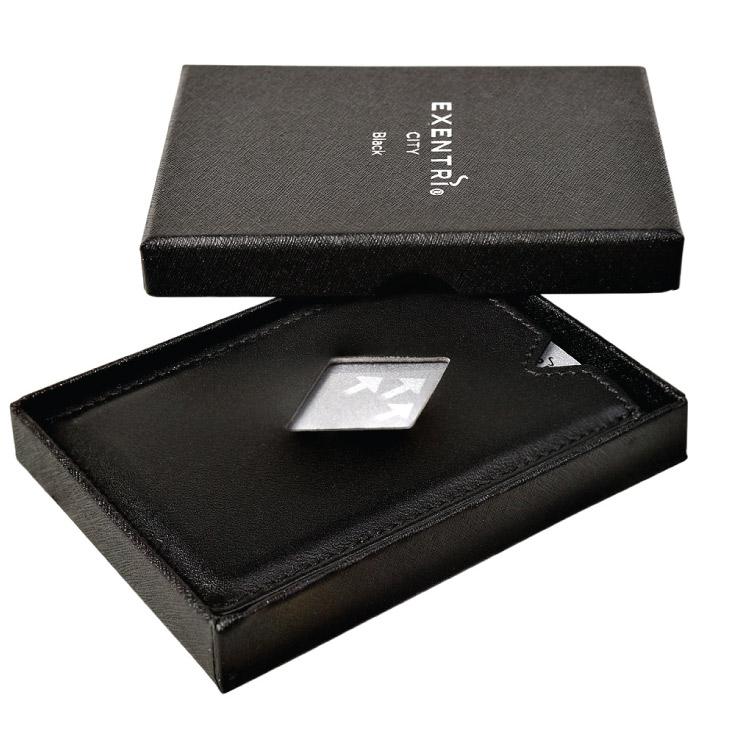 Exentri City Black, liten, praktisk och elegant korthållare designad för 3 kort.