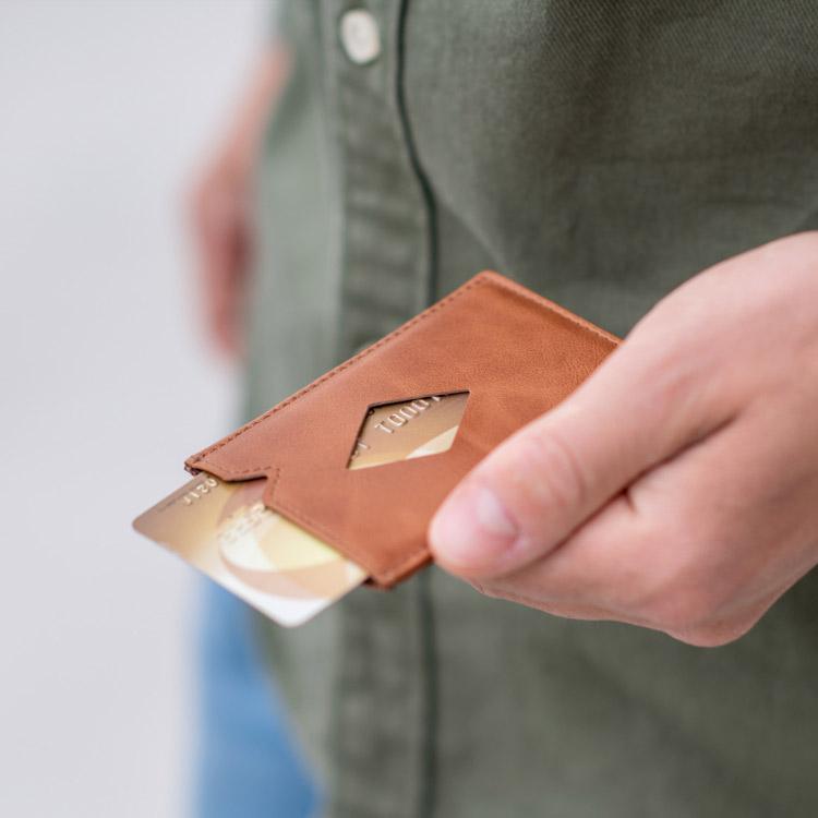 Exentri City Sand, liten, praktisk och elegant korthållare designad för 3 kort.