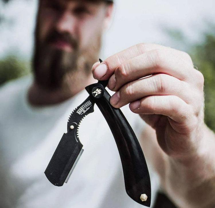 Barbarossa Brothers The Cutlass Buffalo Horn, en bästsäljande rakbladskniv  med handtag av buffelhorn.