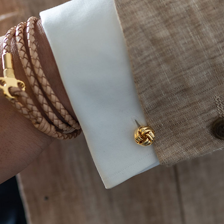 Skultuna Manschettknappar Black Tie Gold Knot, klassiskt formella manschettknappar i guldpläterad mässing.