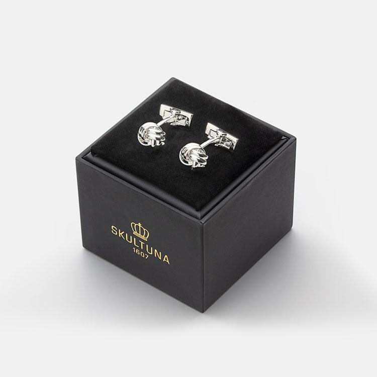 Skultuna Manschettknappar Black Tie Silver Knot, Klassiskt formella manschettknappar i silverpläterad mässing.
