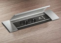Eluttag, nedfällt i skiva, med lock. 2 st stickuttag och 2 st USB-uttag.