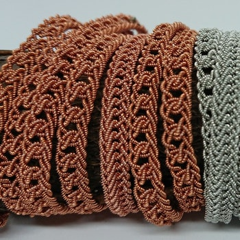 Nålbunden länk, roséfärgad genombrutet mönster
