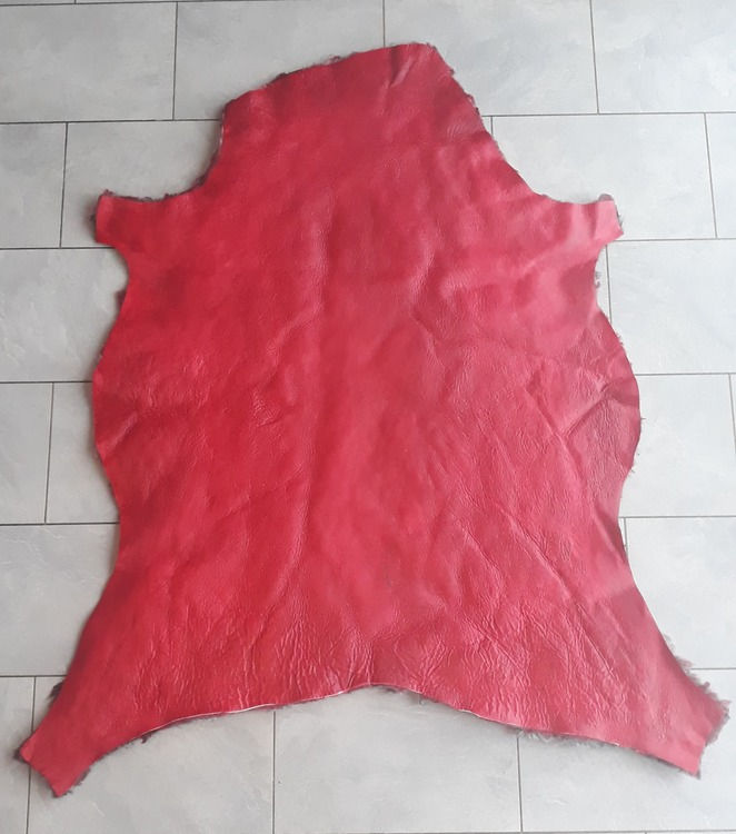 Lammskinn  röd - färgad och vaxad baksida