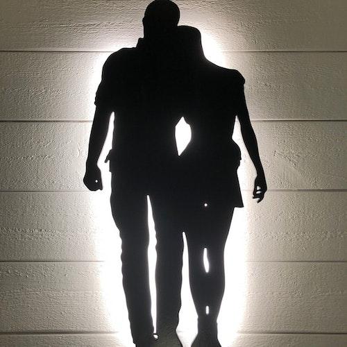 Vägglampa gående par i helfigur
