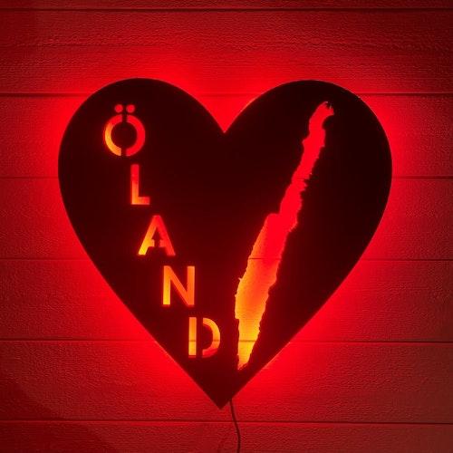 Vägglampa ÖLAND i våra hjärtan med röd belysning