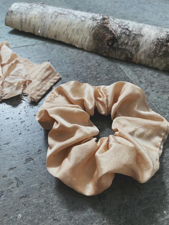 Peace silk scrunchie - Birch wood