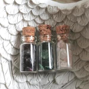 Flaskor med trumlade stenar