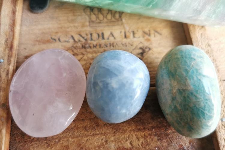 Tre stenar - Rosenkvarts, Blå kalcit &. Amazonit
