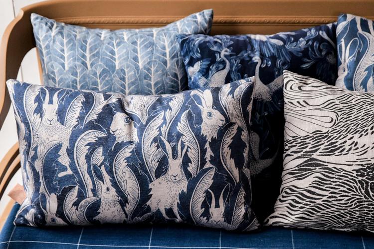 Kuddfodral Hares in hiding blå