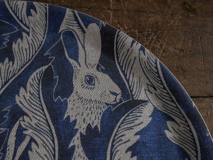 Bricka Hares in hiding blå  38 cm