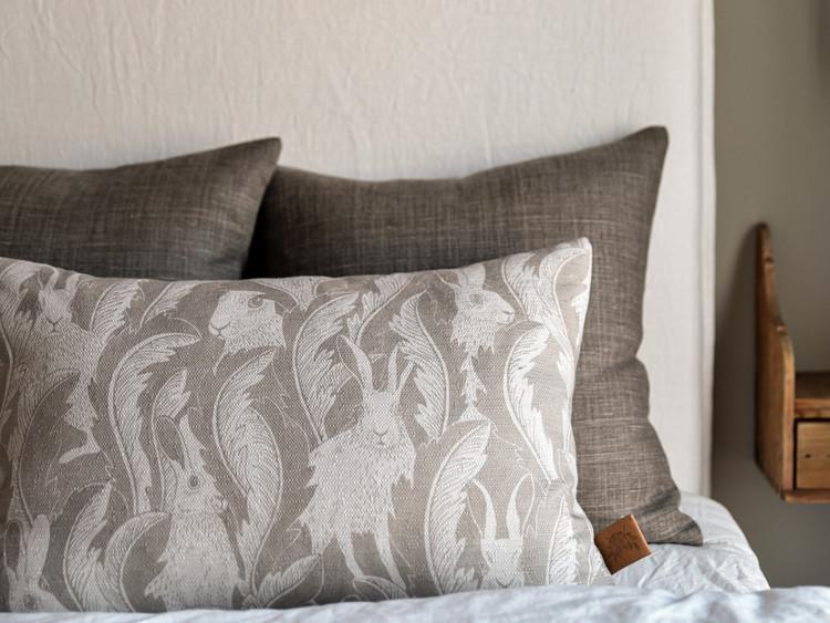 Kuddfodral Hares in hiding beige