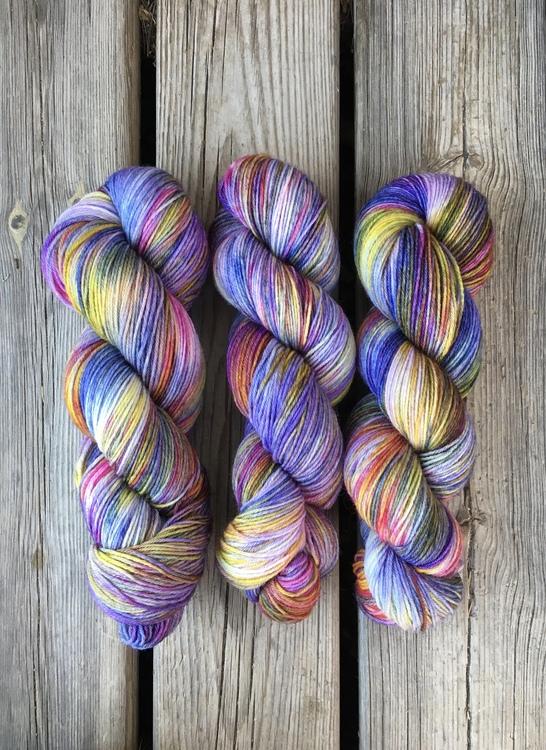 Visiblewool handdyed yarn Poldale sock I monets trädgård för stickning