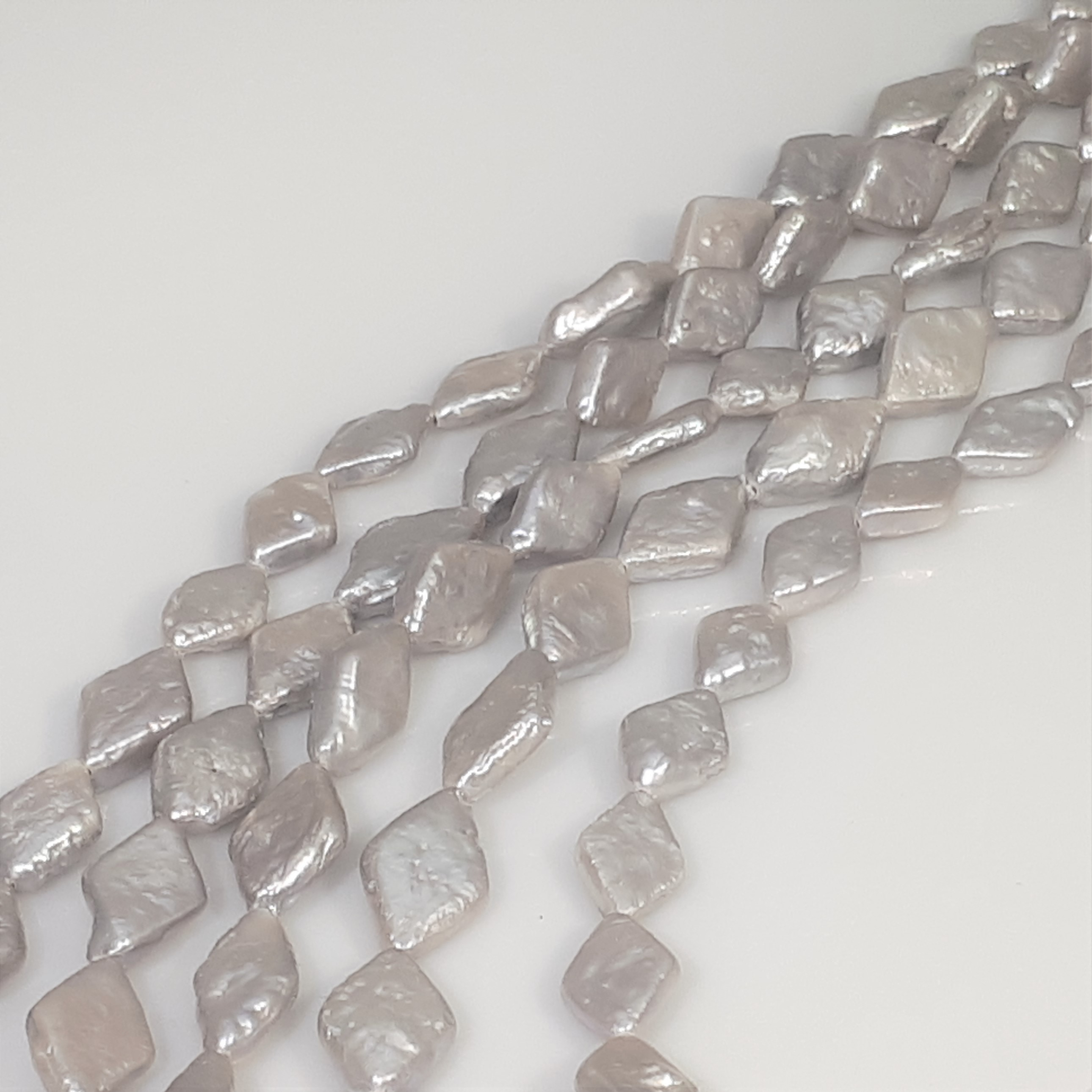 Pärlor på sträng grå färger romb