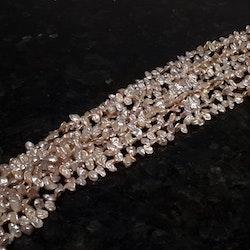 Rosa ojämna pärlor 6-7 mm