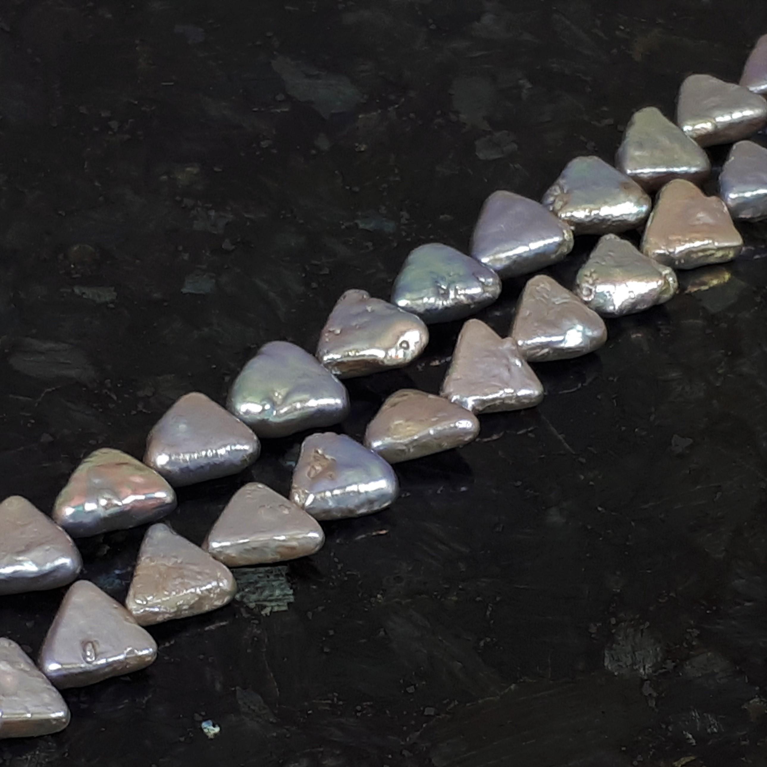 Trekantformade guldfärgade pärlor ca 9 mm