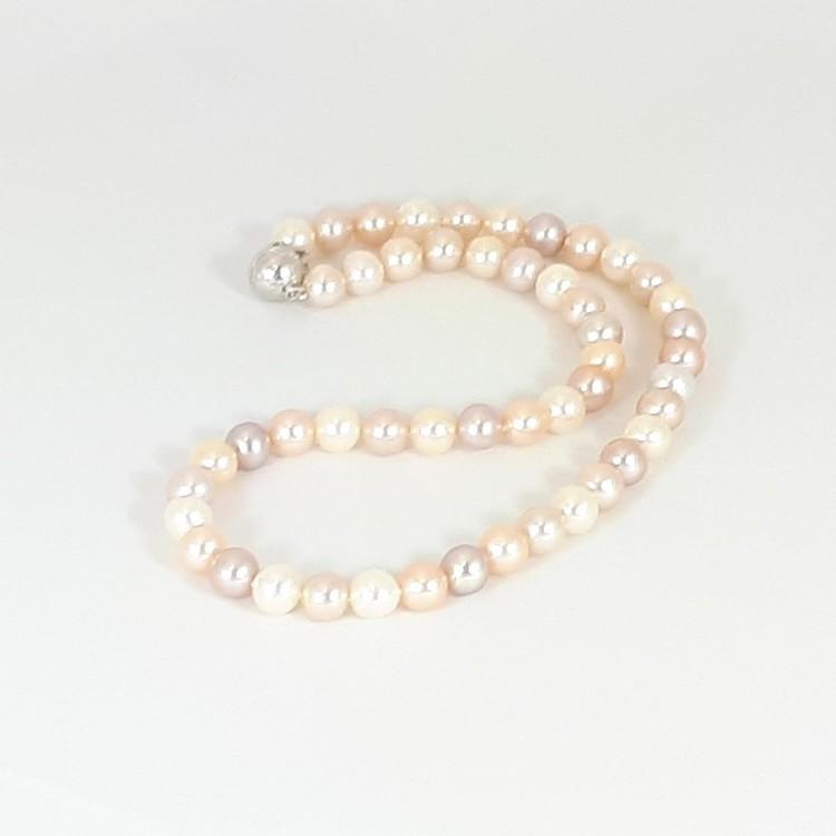 Halsband med naturfärgade pärlor