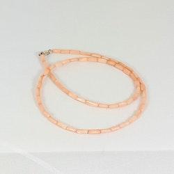 Halsband med korallstavar