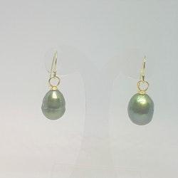 Örhängen med stor grön pärla