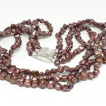 Vinröda pärlor i flera rader