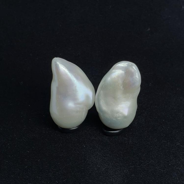 Ett par vackra vita barocka pärlor