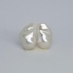 Ett par vackra vita barocka pärlor 13-15 mm