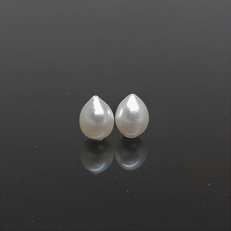 Ett par vackra vita droppformade pärlor