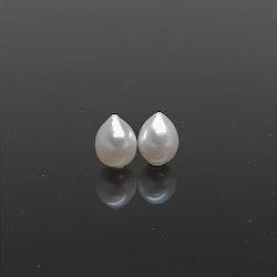 Ett par vackra vita droppformade pärlor 12x15 mm