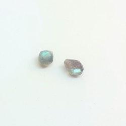 Labradorit liten fasettslipad droppe 4x6 mm