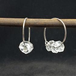 Bergskristall med fasetter på silvercreol
