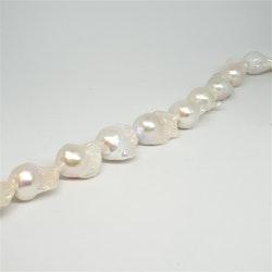 Vita barocka pärlor 13-15 x 18-20 mm