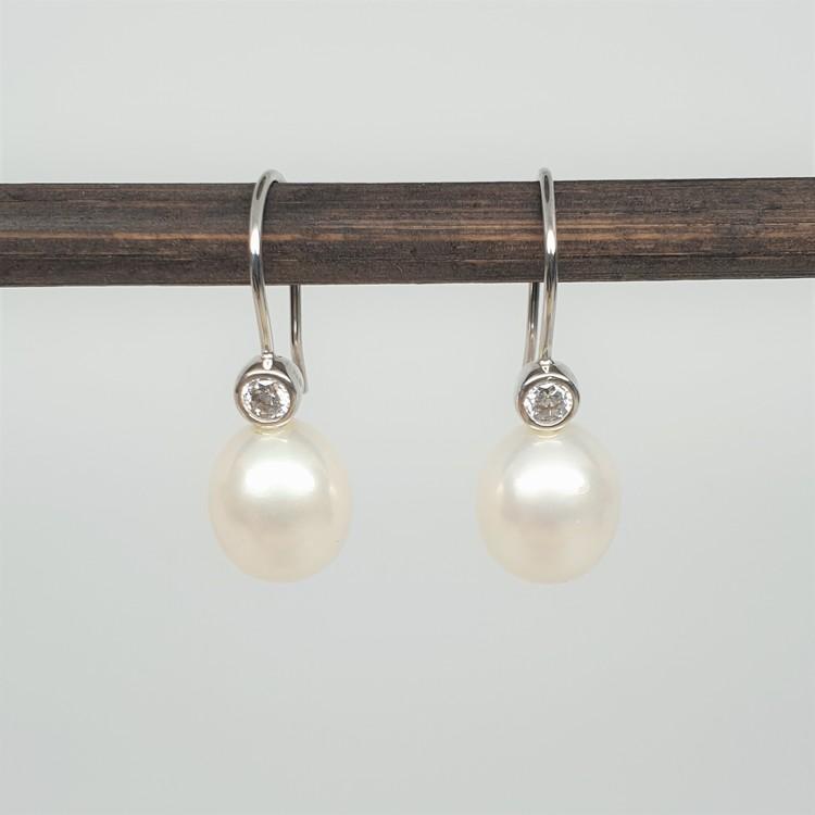 Vita klassiska örhängen på silverkrok