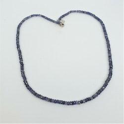 Halsband med 4 mm fasettslipad iolit