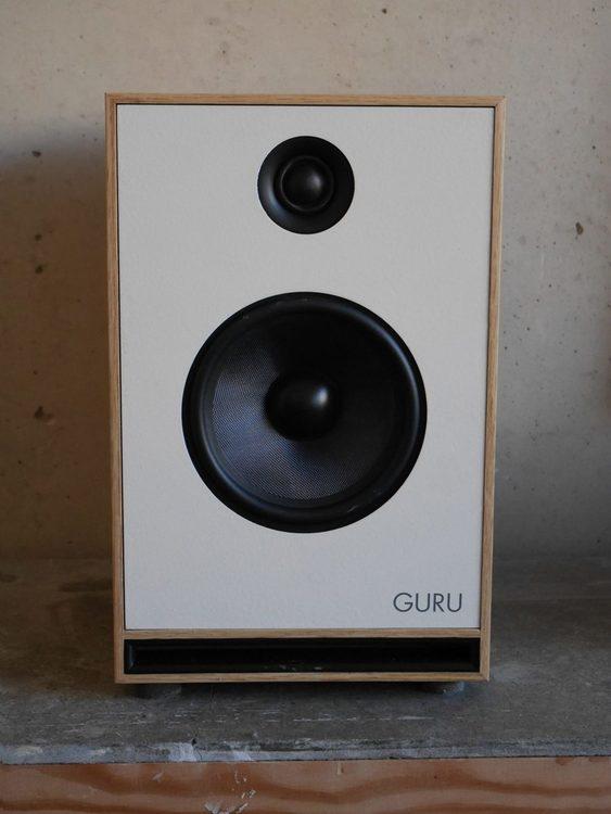 Guru Junior en högtalare där du får mycket utav tekniken ifrån den kritikerrosade Guru Q10, men i ett mindre paket och med en ännu mer prisvärd prislapp. Med Junior fortsätter vi vårt uppdrag att ta f