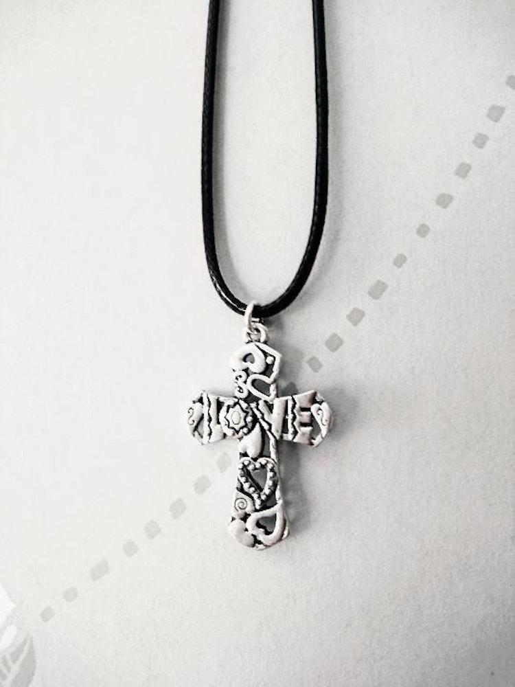 """Vackert stort kors """"Love"""" + rem"""