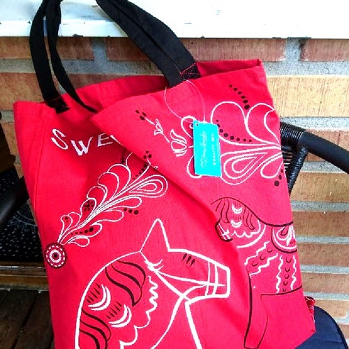 """Röd väska med dalahästar """"Sweden"""""""